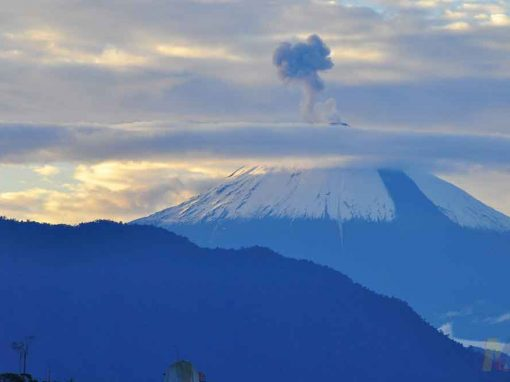 Continúan las explosiones en el volcán Sangay cuya ceniza afectó 6 provincias
