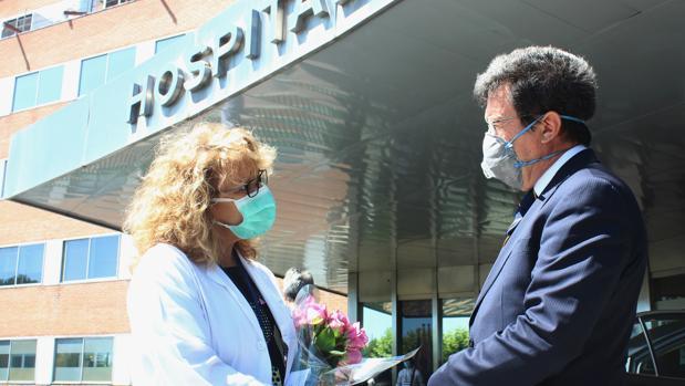 Ecuador entrega más de 600 rosas a los sanitarios españoles por su extraordinario trabajo durante la epidemia del Covid-19